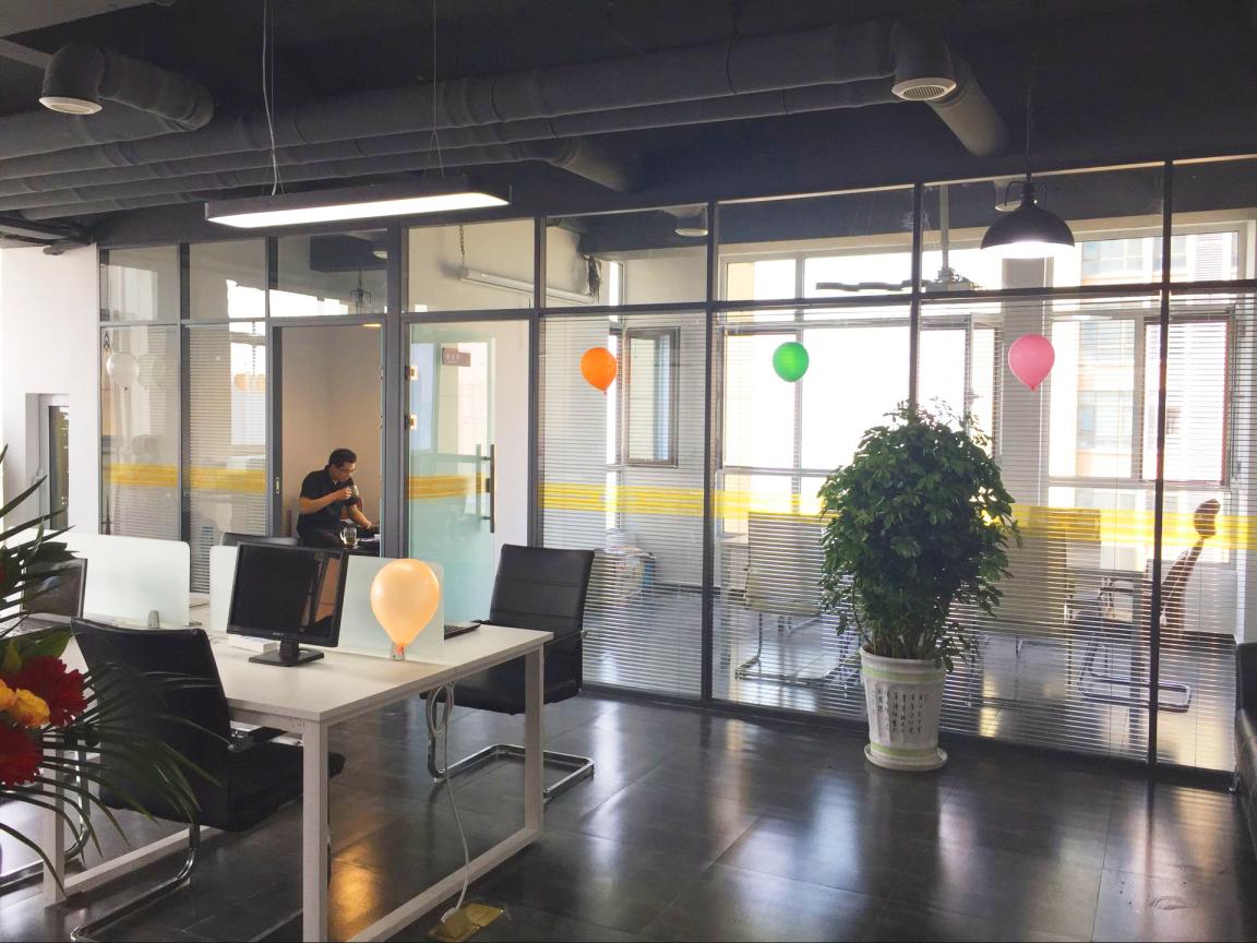 凹凸软件开发公司办公场景3.png